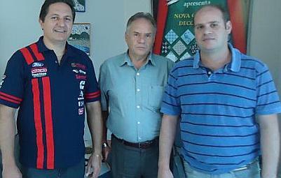 Piloto Edu Piano visita fábrica da Cerâmica Strufaldi